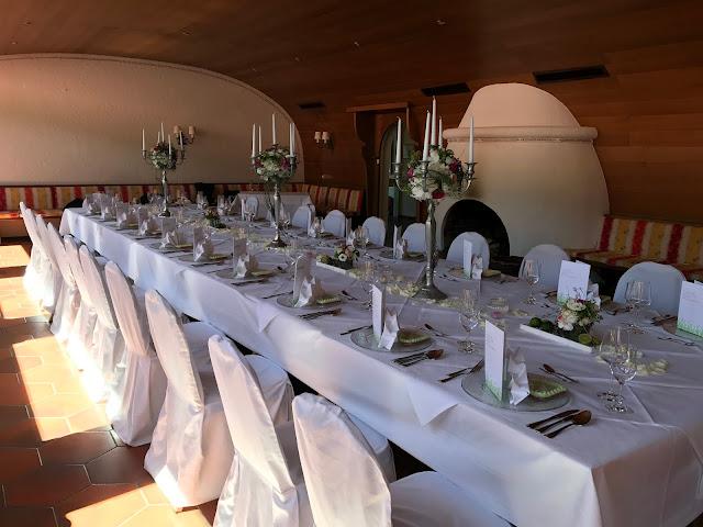 Hochzeitstafel im Kaminzimmer im Seehaus, Maigrün, Pink, Frühlingshochzeit in den Bergen am See, Hochzeitshotel Riessersee Hotel Garmisch-Partenkirchen, heiraten in Bayern, Hochzeitsplanerin Uschi Glas