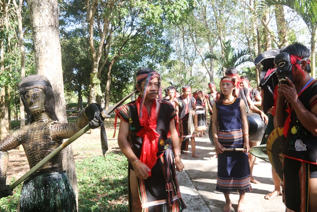 Sau lễ, hình nộm được cắm ở ngã ba (hay ngã tư) để giữ làng