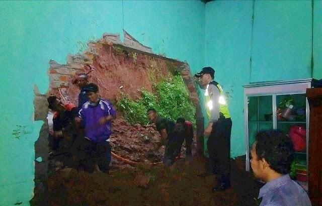 Akibat Intensitas Hujan Tinggi, Tanah Longsor Menimpa Rumah Warga