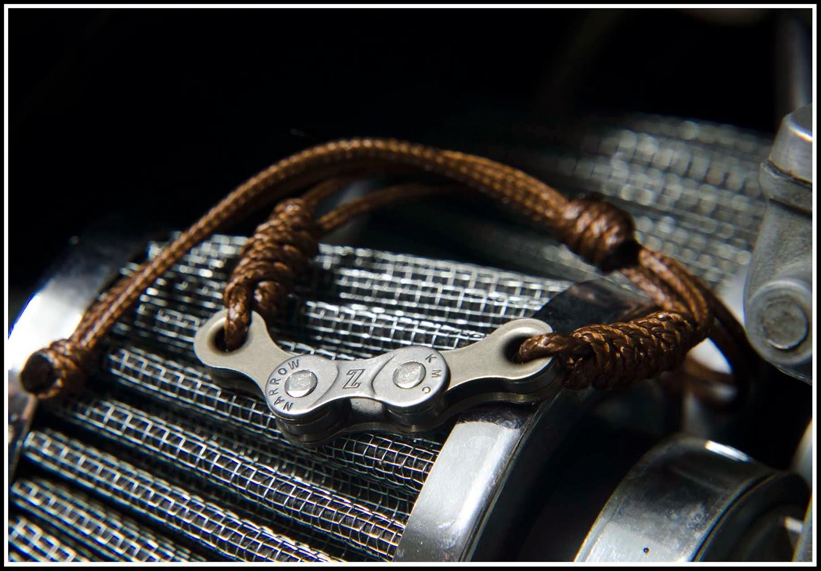 Pulsera de hombre realizada con piezas de bici y montada en cordón marrón
