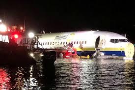 Avião com 136 passageiros derrapa e cai em rio