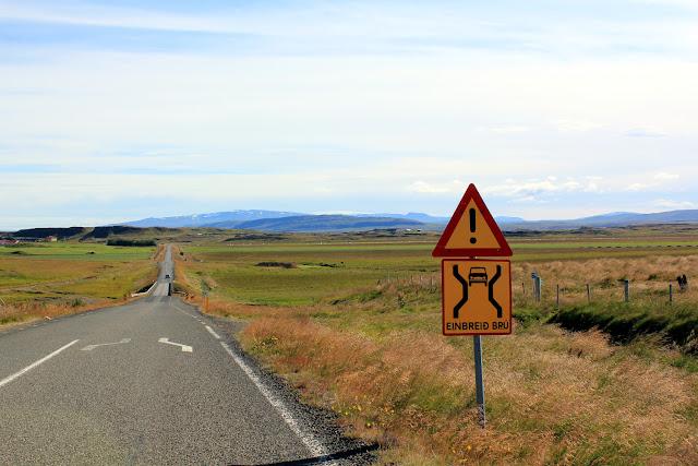 Señal que indica el estrechamiento del pavimento