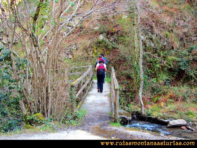 Ruta Pico Vízcares: Puente sobre el río infierno. Desvío del camino principal a la izquierda