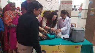 पल्स पोलियो अभियान के अन्तर्गत विधायक मालवीय और अपर कलेक्टर ने नवजात शिशुओं को पोलियो की दवा पिलाई