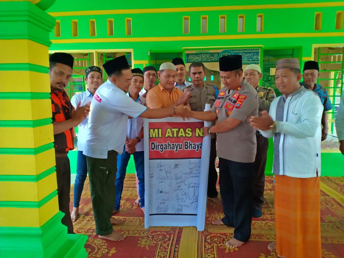 Acara shalat jumat berjamaah personel Polsek Air Batu Asahan dengan warga.