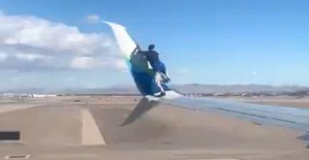Seorang Pria Ditangkap Setelah Memanjat Di Atas Sayap Pesawat