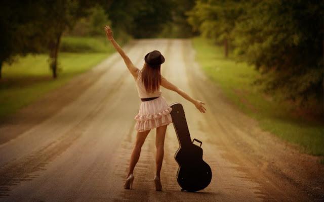 girl with guitar dancing pose wallaper
