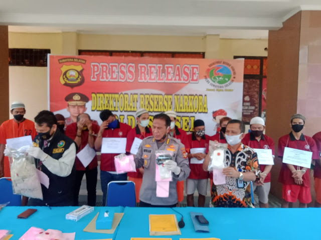 Palembang - Kabid Humas Polda Sumsel beserta Dir Resnarkoba melakukan conference pres (Press Release) pada hari Selasa 30/6/2020 di Mapolda Sumsel terkait penangkapan barang bukti sebanyak 2.014,67 gram shabu dan 12.528 butir ekstacy dengan tersangka sebanyak 14 orang. Kegiatan ini juga dalam rangka memperingati Hari Anti Narkoba Indonesia ( HANI ) dan Hari Bhayangkara Ke - 74,   Adapun ungkap kasus tindak pidana narkoba yang berhasil diungkap ditresnarkoba Polda Sumatera Selatan selama bulan Juni 2020 sebanyak 10 (sepuluh ) LP dengan jumlah tersangka 14 (empat belas)  orang terdiri dari laki-laki 13 ( tiga belas) orang dan perempuan 1 (satu) orang.   Adapun pasal yang disangkakan primer pasal 114 ayat (2) Jo pasal 132 ayat 1 subsider pasal 112 ayat (2) Jo pasal 132 ayat (1) undang-undang RI Nomor 35 Tahun 2009 tentang Narkotika   Dengan ancaman hukuman pidana penjara paling singkat 20 tahun dan paling lama pidana penjara seumur hidup atau pidana penjara paling singkat 6 tahun dan paling lama 20 tahun atau pidana penjara seumur hidup.    Dari jumlah barang bukti narkotika jenis sabu sebanyak 2014 gram dan ekstasi sebanyak 12528 butir yang disita oleh ditresnarkoba Polda Sumatera Selatan    Adapun 10 TKP berdasarkan 10 laporan polisi yang diterima oleh ditresnarkoba Polda Sumatera Selatan  1. TKP I LP/86-A/2020/ DITRESNKB di Jalan Residen Haji Najamuddin kelurahan sukamaju kecamatan Sako kota Palembang. 2.TKP II  LP/87-A/2020/ DITRESNKB jalan Palembang Tanjung api-api jalur 19 kecamatan Tanjung lago kabupaten banyu asin 3.TKP III LP/88-A/2020/ DITRESNKB jalan kolonel haji burlian tepatnya di parkiran Alfamart 4. TKP IV LP/89-A/2020/ DITRESNKB Alamsyah ratu prawira komplek hotel galaxy Musi 2 kelurahan 36 Ilir kecamatan gandus 5.  TKP V TKP I LP/90-A/2020/ DITRESNKB jalan desa candi Bumiayu paling kecamatan tanah Abang kabupaten PALI  6. TKP VI di pinggir jalan jalan Basuki Rahmat kecamatan kemuning Palembang 7.  TKP VII di pinggir jalan desa Sukarami kabupaten muara 