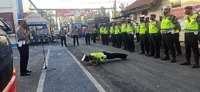 Terciduk! Polisi Tidak Pakai Masker Saat Bertugas Kena Sanksi Push Up
