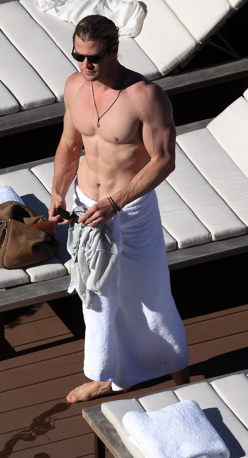 Straight Jock Feet: Chris Hemsworth veiny THOR feet...