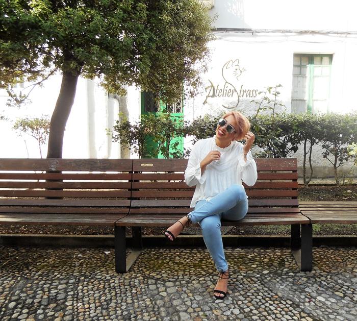 camisa victoriana blanca y jeans
