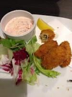 le ostriche fritte, accompagnate ad una ciotolina di salsa rosa