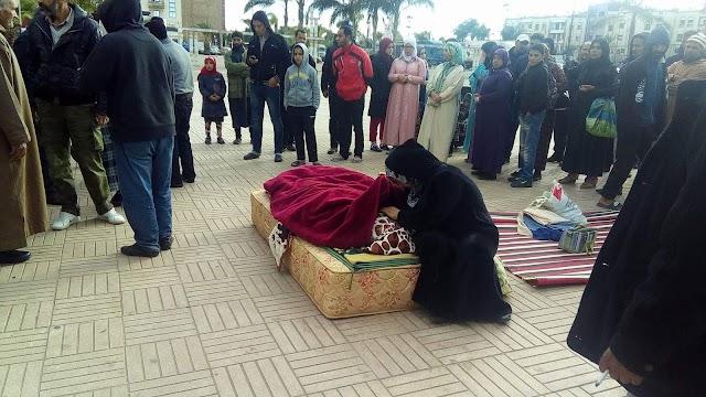 عائلة برشيدية تضع ابنتها المريضة أمام مقر العمالة بعد حرمانها من سيارة الإسعاف