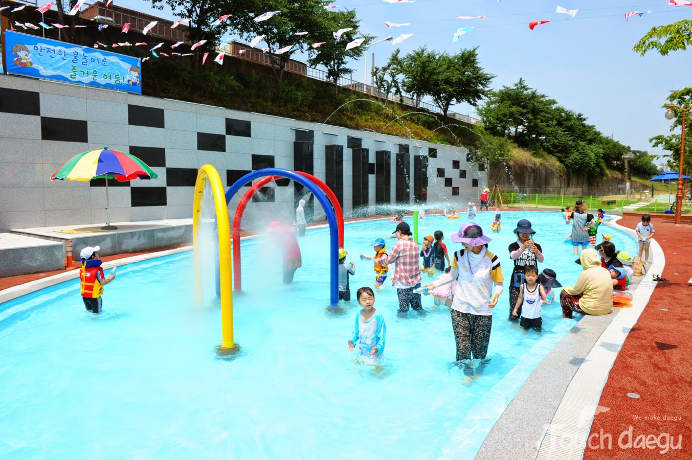 Kids are playing in Geumho Riverside Swimming Pool