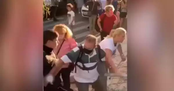 Μασκοφόροι τραμπούκοι προσπαθούν να αλώσουν σχολεία στον Άλιμο και κτυπούν παιδιά (βίντεο)