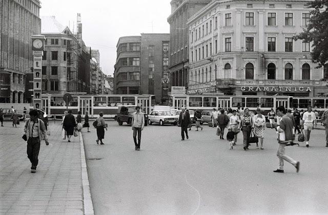 """15 июля 1990 года. Рига. На перекрестке улицы Калькю, бульваров Бривибас, Аспазияс и Бастея. Часы приобрели свой привычный вид с рекламой """"Лаймы"""""""