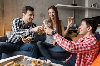 amigos comemorando em casa com tempo de sobra após a faculdade a distância