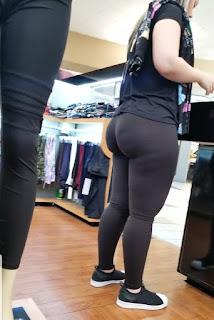 Bella rubia sexys calzas entalladas nalgas redondas