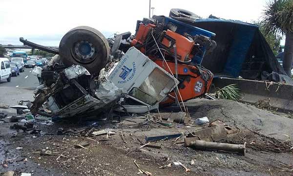 cierran GC1 por vuelco de un camión con el conductor herido grave