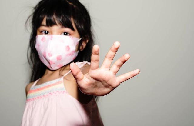 Menina com máscara coronavírus