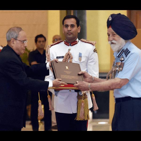 Indian Air Force Marshal Arjan Singh With Indian President Pranav Mukhurji HD Photo Image Wallpaper