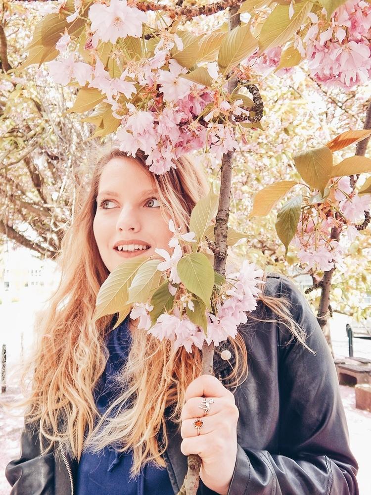 13 melodylaniella gamiss manzana różowe sneakersy króliczki granatowa sukienka skórzana ramoneska pikowana listonoszka szara manzana praga photoshoot sesja zdjęciowa fashion style modnapolka lookbook ootd girls
