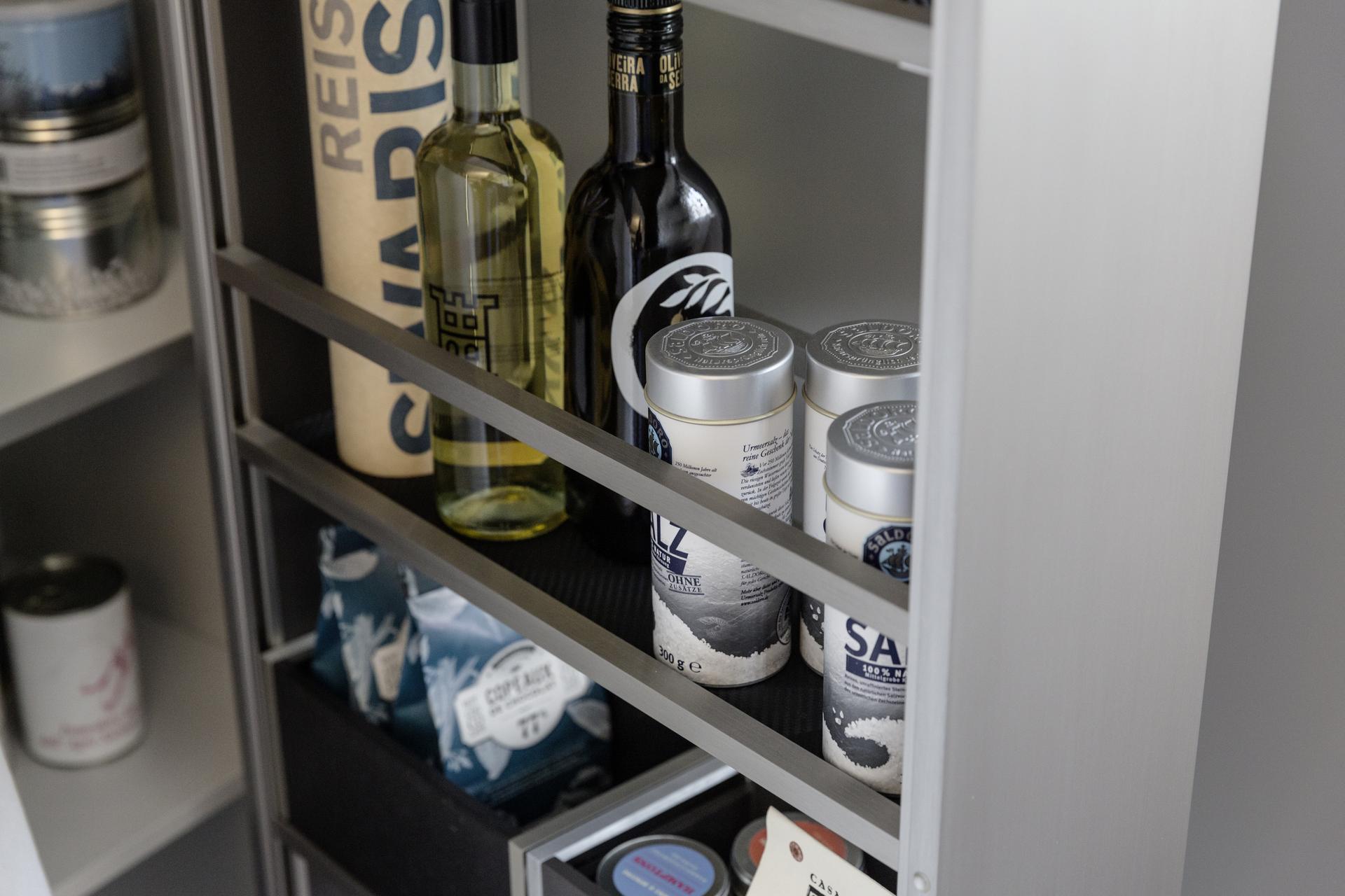 wysuwana wąska szafka w kuchni