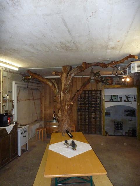 als Dekoobjekt ein Baum im Raum