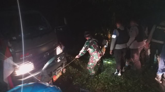 Kesigapan Satgas Yonif Raider 100/PS Bantu Warga Yang Mengalami Kecelakaan Tunggal