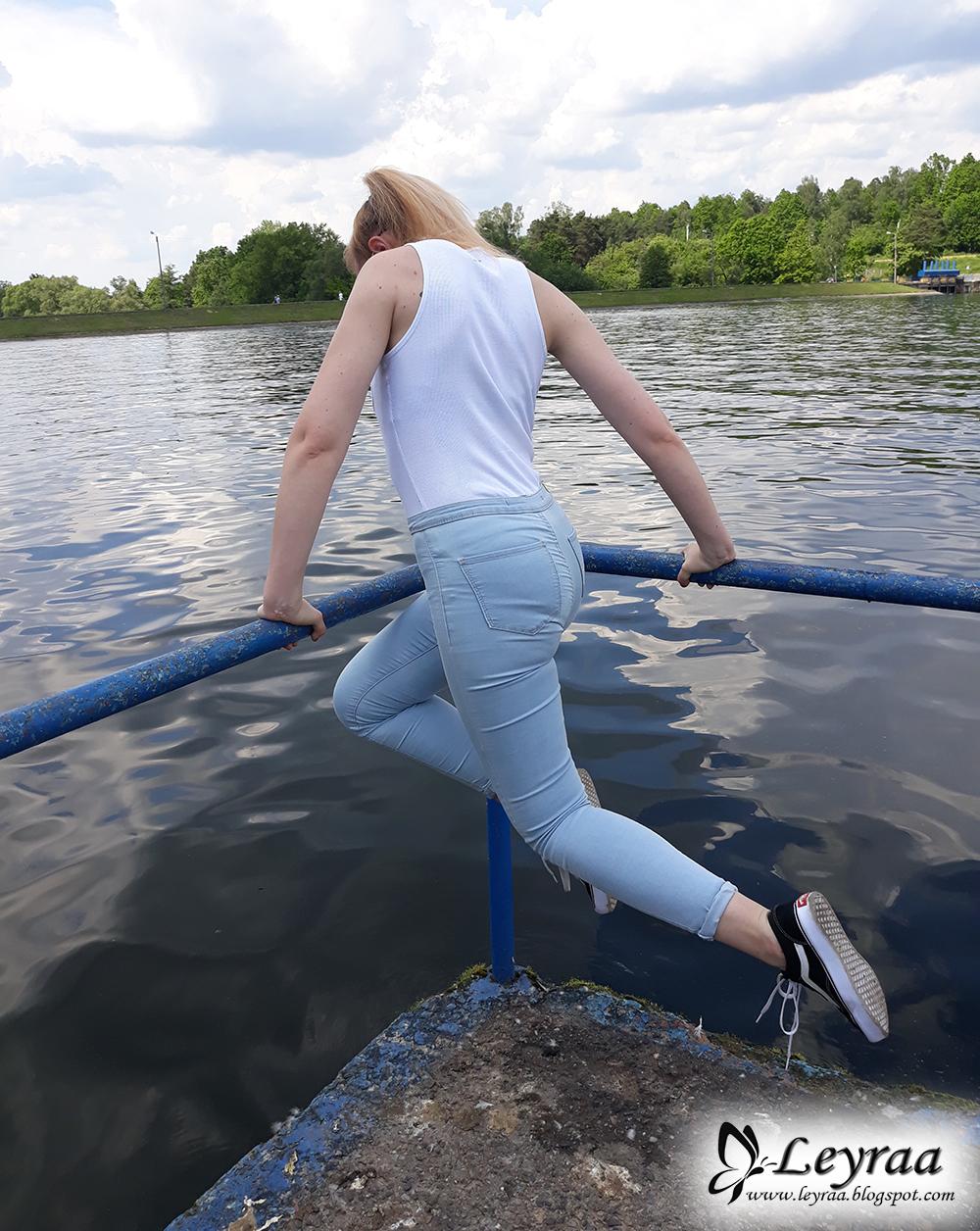Jasne skinny jeans z wysokim stanem, biała klasyczna bokserka z kieszonką, buty vansy, pilotki lustrzane kolorowe