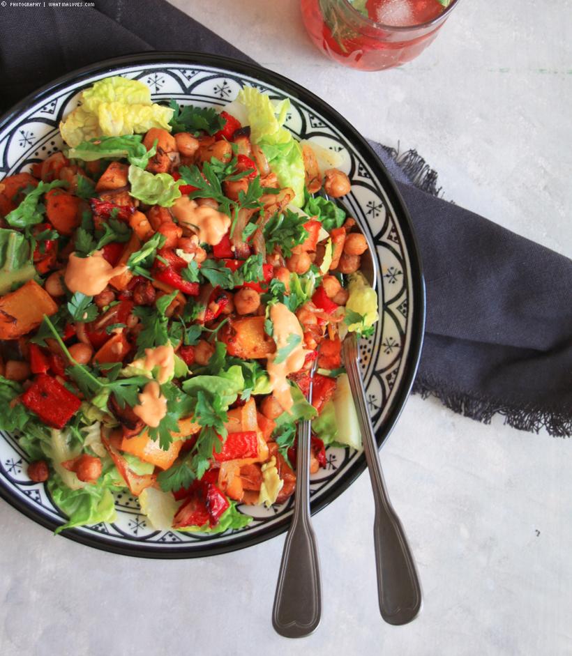 Salat mit Ofenkichererbsen & Paprika mit Chili-Tahini-Dressing | whatinaloves.com