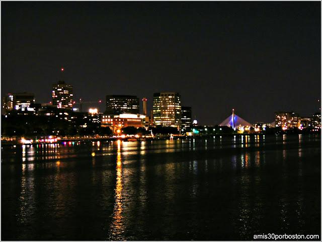 Vistas Nocturna del Zakim Bridge desde el Harvard Bridge