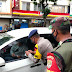 Lagi, Yon D Pelopor Brimob Polda Metro Jaya Bagikan Masker di Area Pasar Bekasi