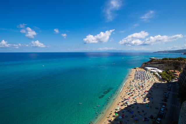 Santuario di Santa Maria dell'isola di Tropea-Vista panoramica sulla spiaggia sulla destra