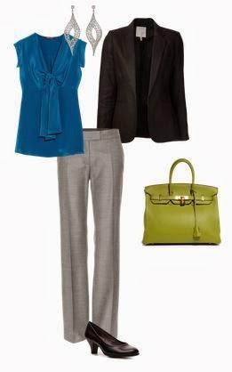 Calças cinza direitas, blusa azul com laçada, blazer cintado preto, sapatos salto médio pretos, mala de mão clássica