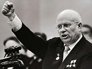 Il primo ministro sovietico Nikita Chruščёv mentre tiene un discorso.