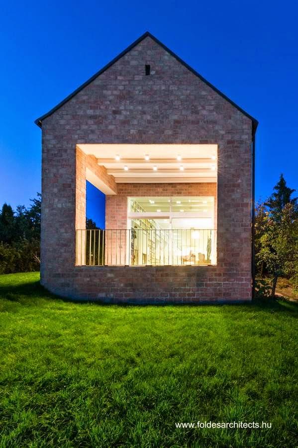 Extremo abierto de la casa de campo de ladrillos en Hungría