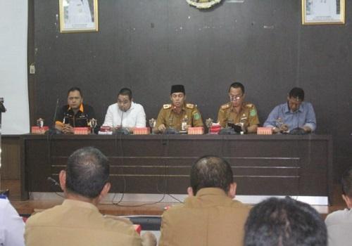 Sekretaris Daerah Rooswandi Salem saat membuka Fokus Group Discussion di Ruang Rapat Bersujud, Selasa (11/02).