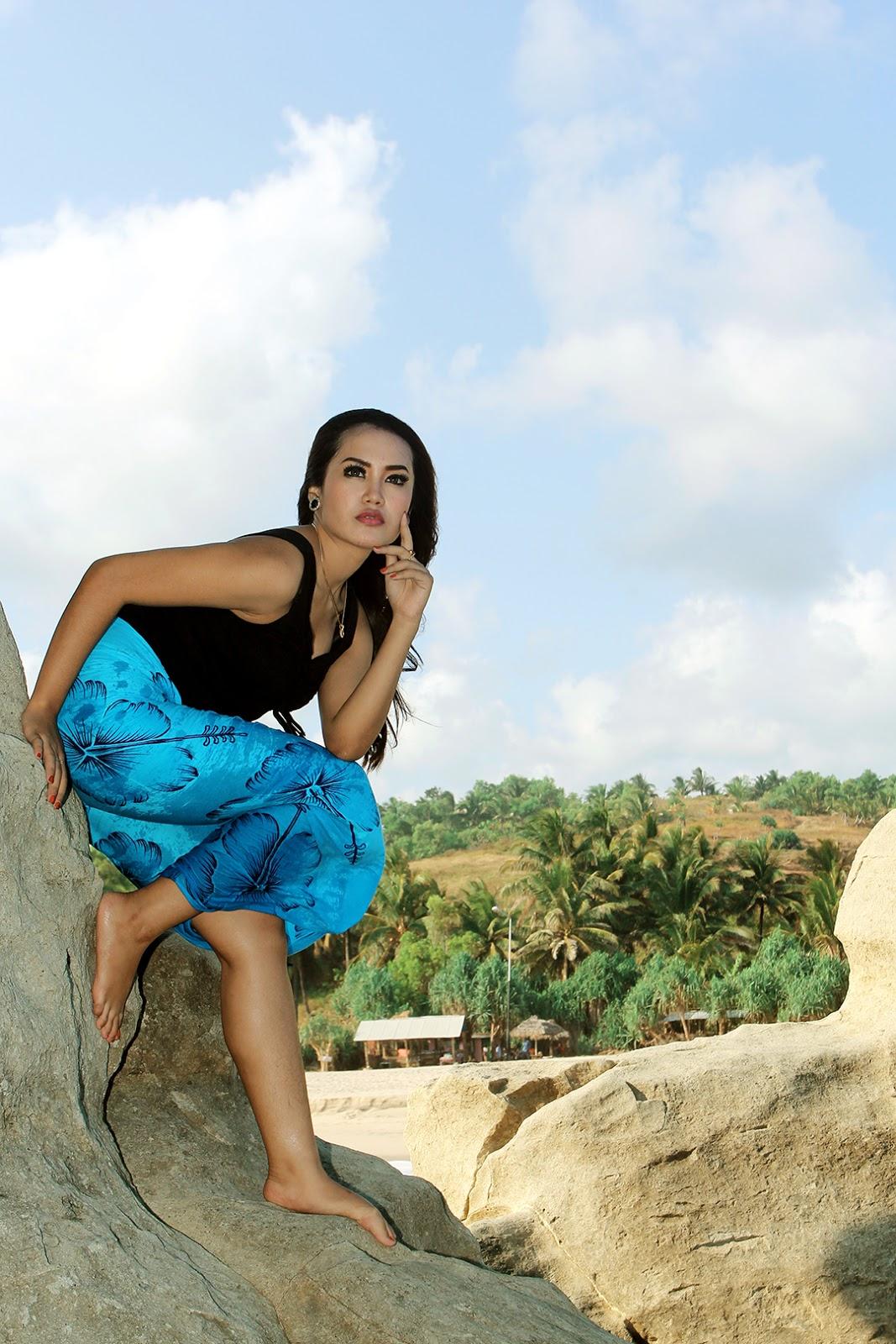 Foto Model Tante seksi di pantai