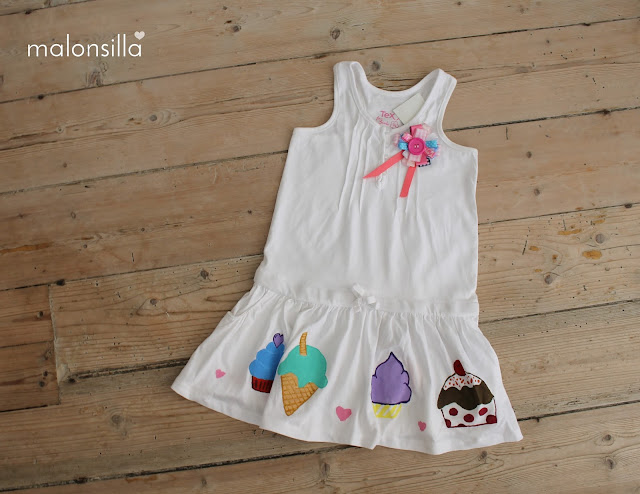 Vestido infantil para niña sobre fondo de madera by malonsilla