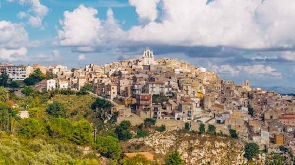 Những ngôi nhà bị bỏ hoang bên bờ Địa Trung Hải tuyệt đẹp