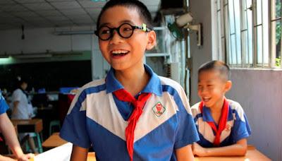 Berniukas su reguliuojamais akiniais