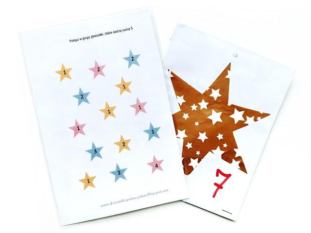 na zdjęciu jedna karta z łamigłówką polegająca na zakreśleniu elementów dających sumę pięć a obok jedna z kopert z kalendarza adwentowego