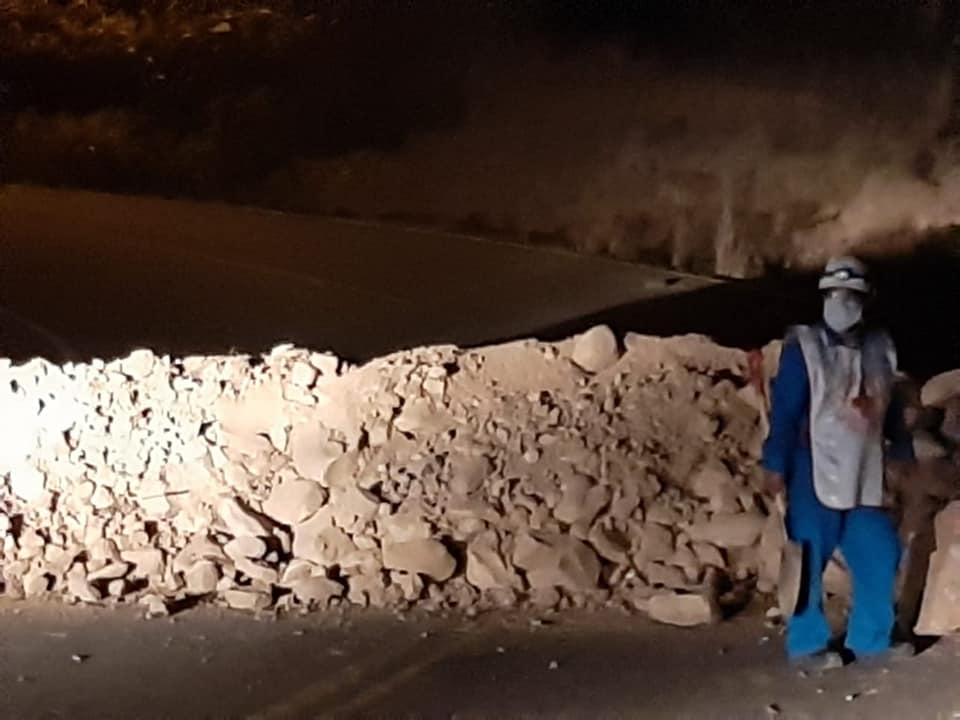 Voluntario de la Cruz Roja que acompañó a las cisternas con oxígeno, mira el promontorio de escombros dejado por maquinaria pesada de los bloqueadores en el ingreso a Oruro el viernes / RRSS