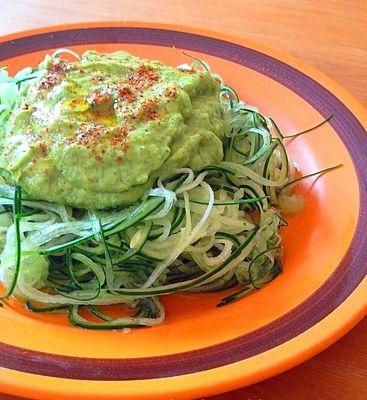 fideos raw de pepino con salsa verde