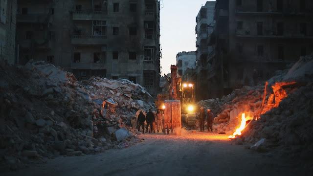 Un grupo de voluntarios entre los escombros de Aleppo bombardeada