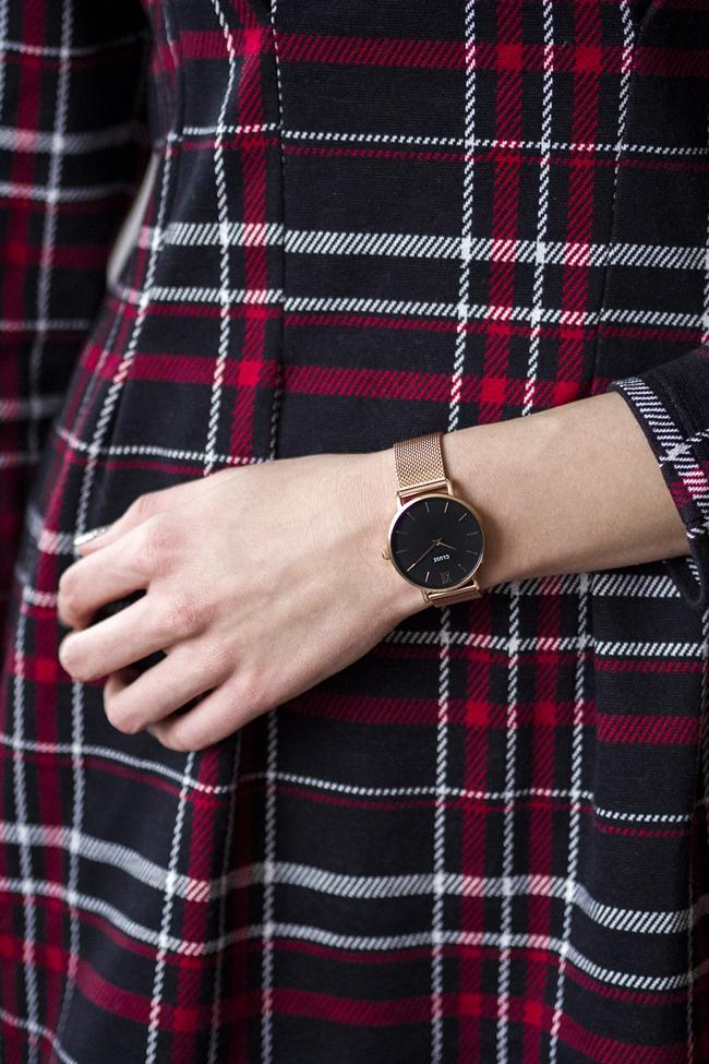 zegarek z czarną tarczą
