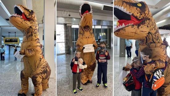 aeroporto advogada recepciona filhos vestida dinossauro