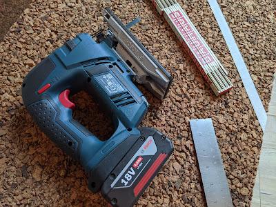 Bosch Stichsäge mit Werkzeug auf Korkplatte