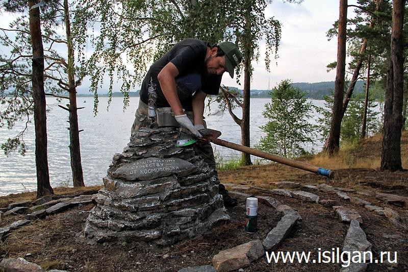 Ремонт памятника карлику на берегу озера Анбаш